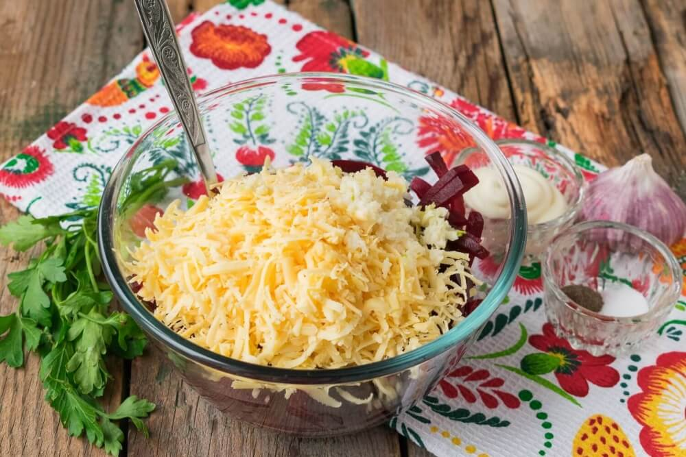 Beetroot salad with cheese and garlic
