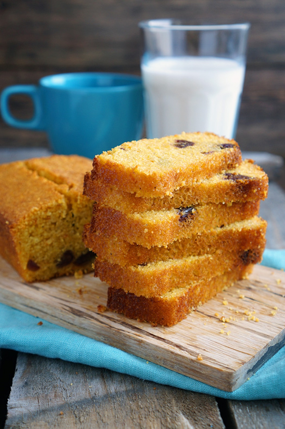 Corn bread with dates
