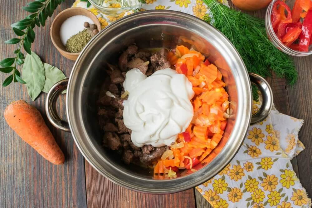 Chicken Liver with Vegetables in Sour Cream