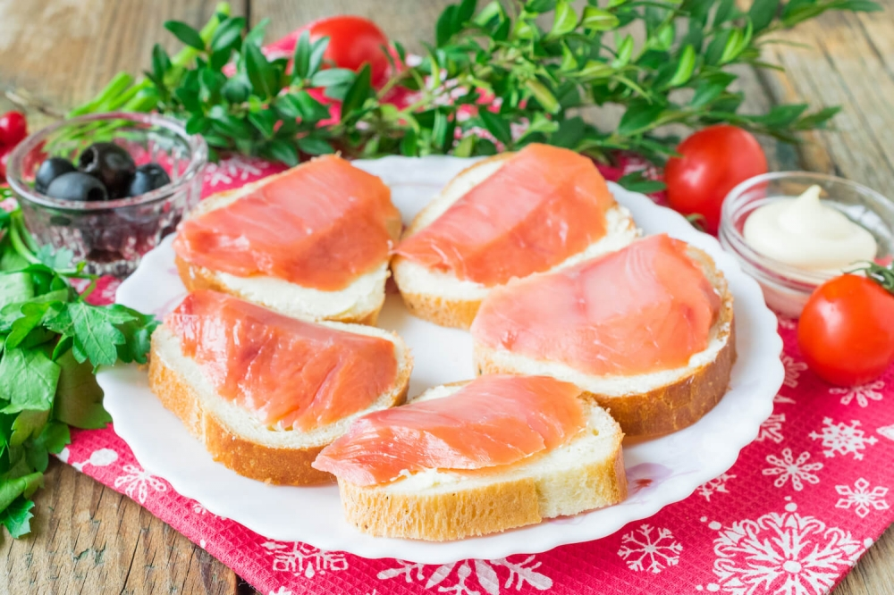 Salmon sandwiches «Ladybugs»