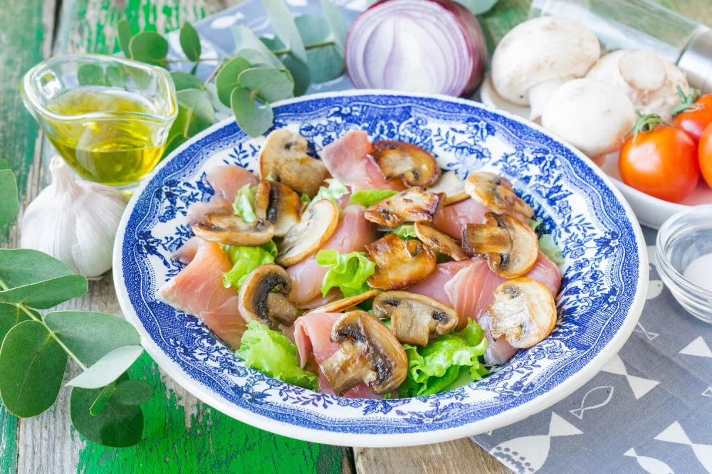 Salmon Salad with Mushrooms and Cherry Tomatoes
