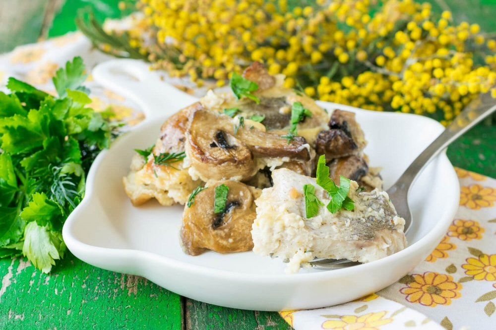 Baked Hake with Champignons and Cream Sauce