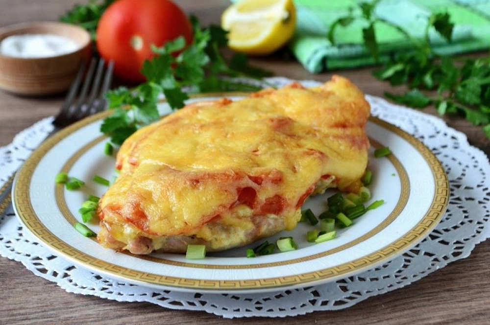 Chicken breast with tomatoes and cheese